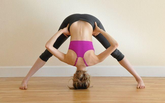 Yoga-Posen für PCOS - Prasarita Padottanasana (oder breitbeinig nach vorne beugen)