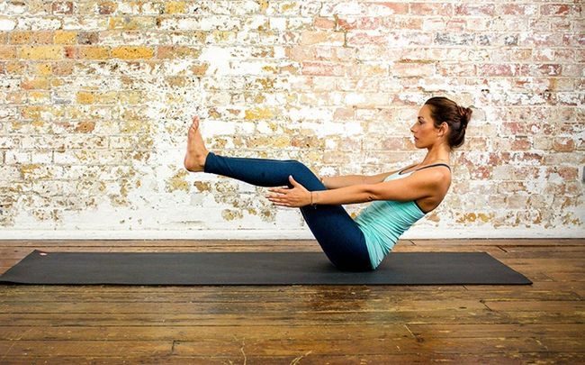 Yoga-Posen für PCOS - naukasana (Boot Pose)