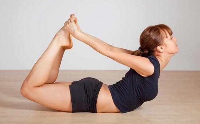 Yoga-Posen für PCOS - dhanurasana (Bogenhaltung)