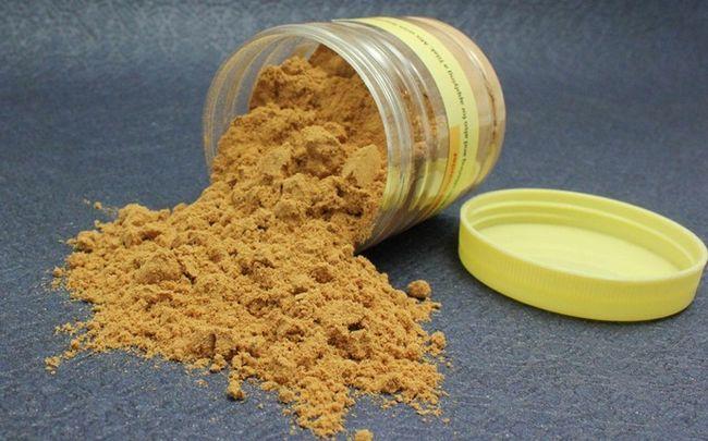 Honig für dunkle Kreise - Honig, Olivenöl, Sandelholz-Pulver und Rosenwasser