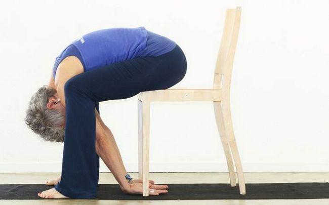 Yoga-Posen für Ischias - Kuh auf einem Stuhl