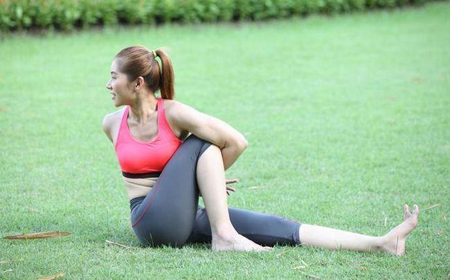 Yoga-Posen für Ischias - stehend Twist