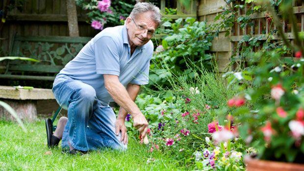 Tun Sie etwas Gartenarbeit oder Reinigungsarbeiten