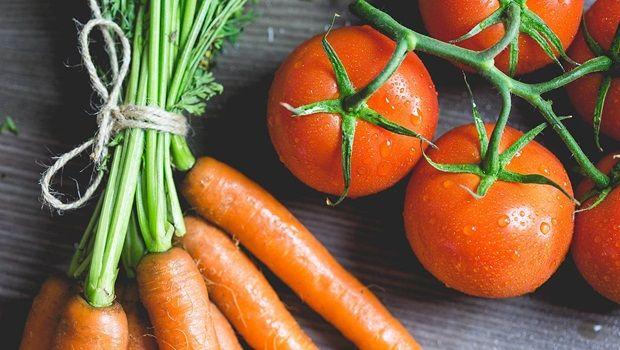 Lebensmittel, die Sie jünger aussehen zu machen - Karotten und Tomaten