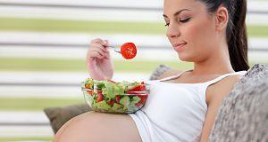 Gute und gesunde ernährung während der schwangerschaft im auge zu behalten