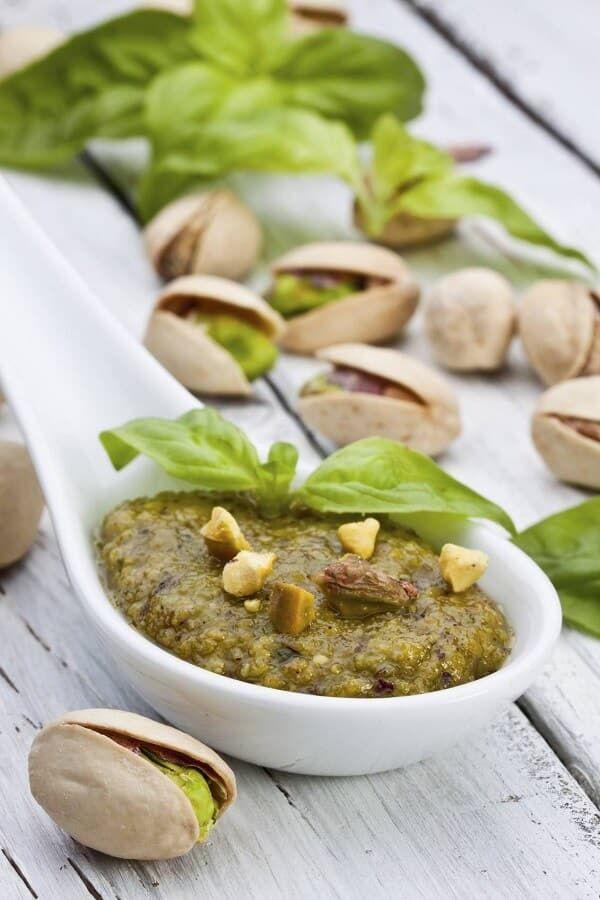 Nutzen für die Gesundheit von Pistazienpaste und Öl in einem keramischen Löffel