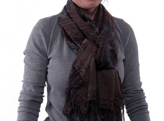 Wie man einen Schal (Promi-Schleife) zu tragen