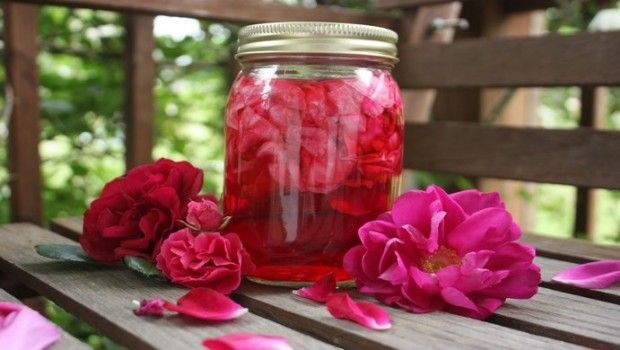 Rosenwasser vorteile: top-17 vorteile für haut, haare und gesundheit